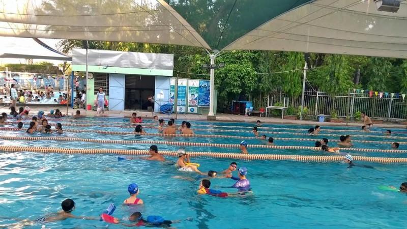 Nhiều người đang bơi ở hồ bơi Yết Kiêu quận 1