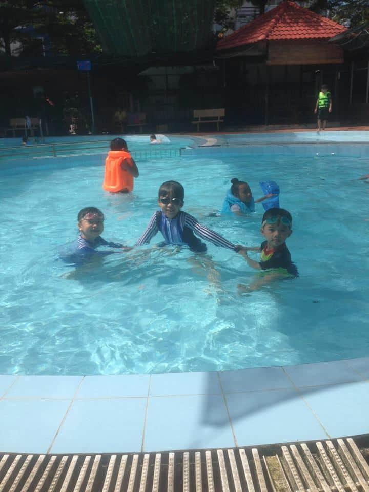 Các em nhỏ vui chơi và chụp hình ở hồ bơi Nhất Lan quận Bình Tân