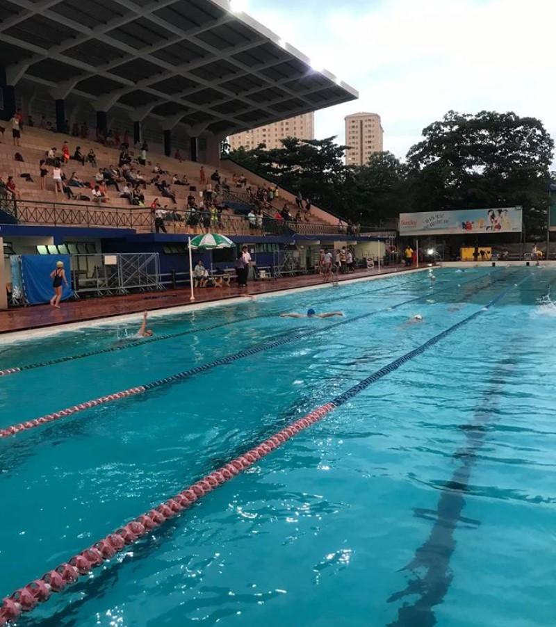 Các bạn nhỏ đang bơi thi ở hồ bơi Phú Thọ