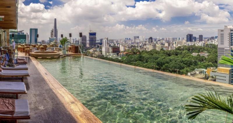 Hồ bơi Hotel Des Arts Sài Gòn tọa lạc trên tầng cao