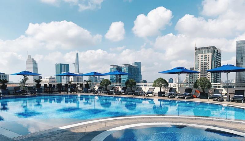 Không gian hồ bơi với màu xanh đặc trưng ở khách sạn Sofitel Plaza