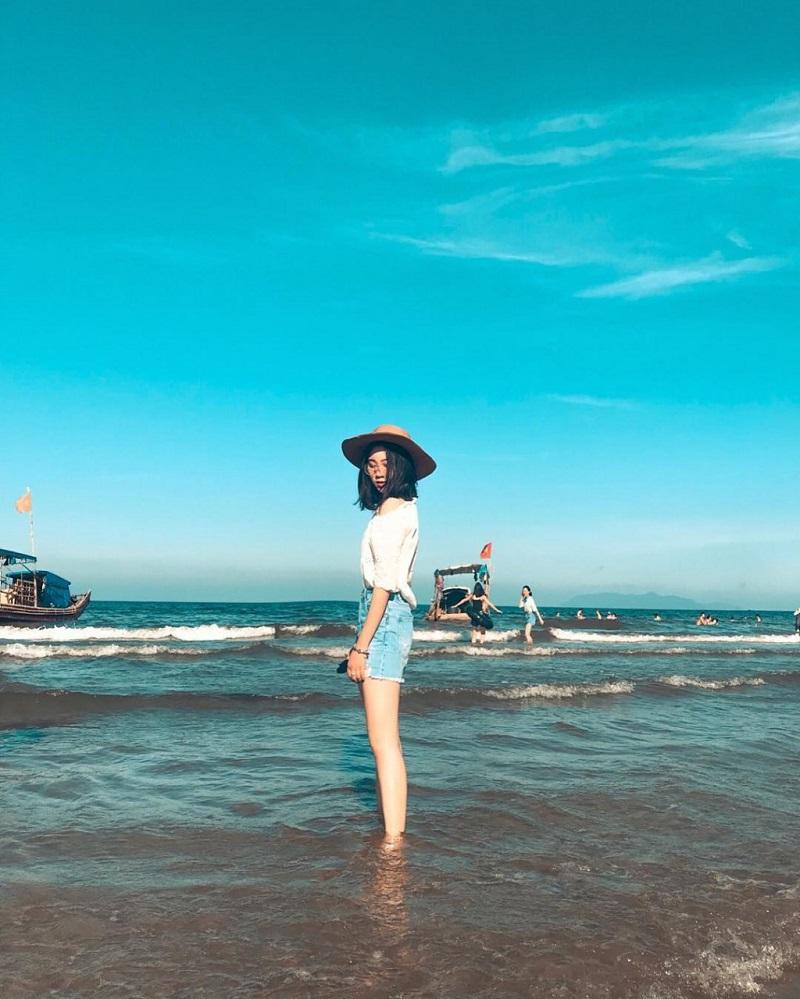 Chụp ảnh với cảnh biển trời xanh ngắt ở biển Hải Hòa