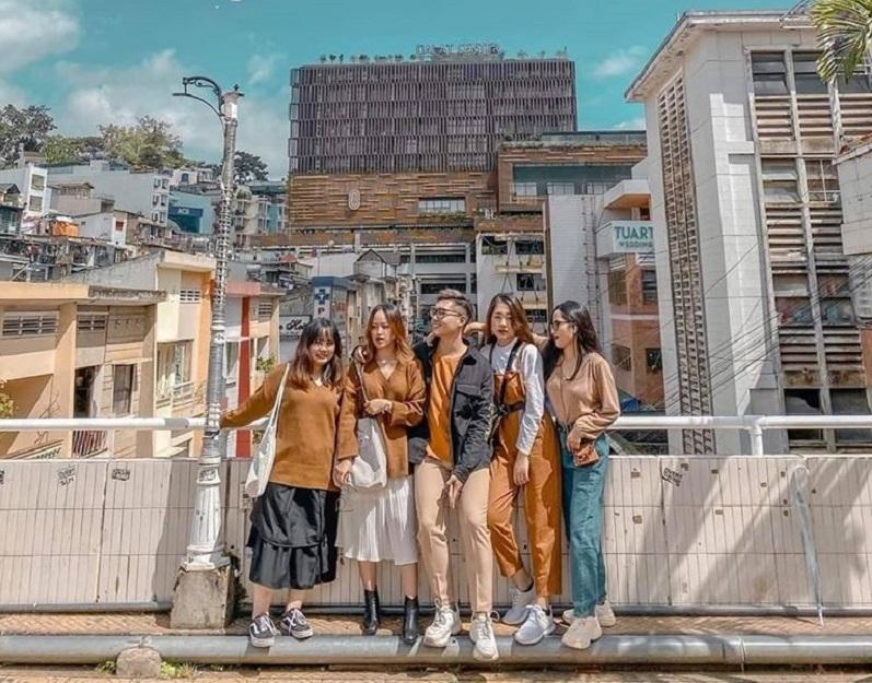 5 người bạn check in trên cầu tại chợ Đà Lạt