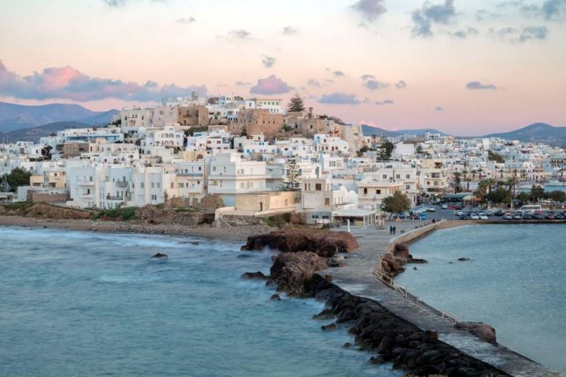 Đảo Naxos có con đường hướng ra biển