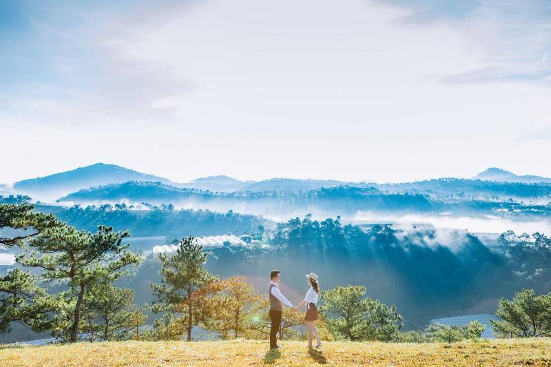 Khung cảnh đỉnh đồi trong nắm sớm tại Đà Lạt