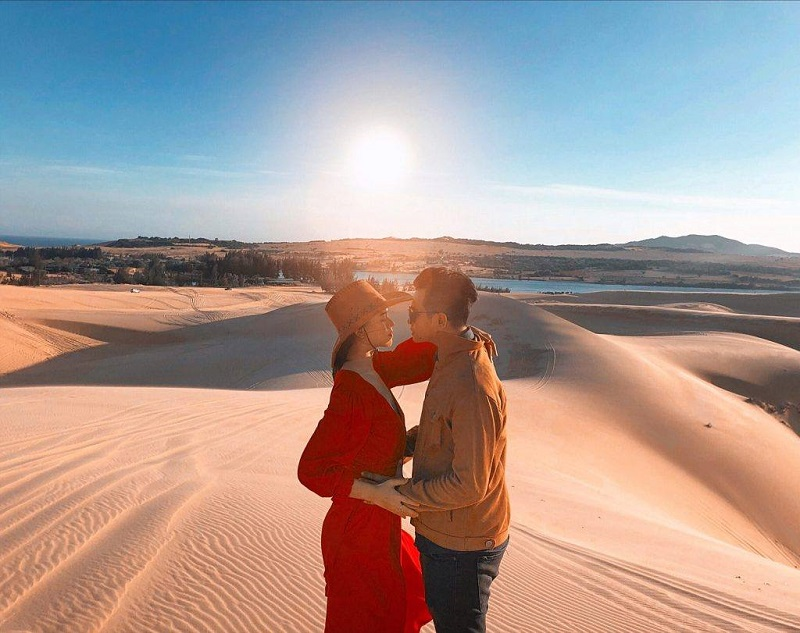Hà Trúc và bạn trai tại đồi cát Phan Thiết