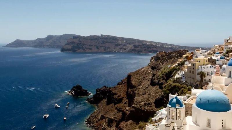 Những ngôi nhà có kiến trúc độc đáo bên bờ biển đảo Santorini