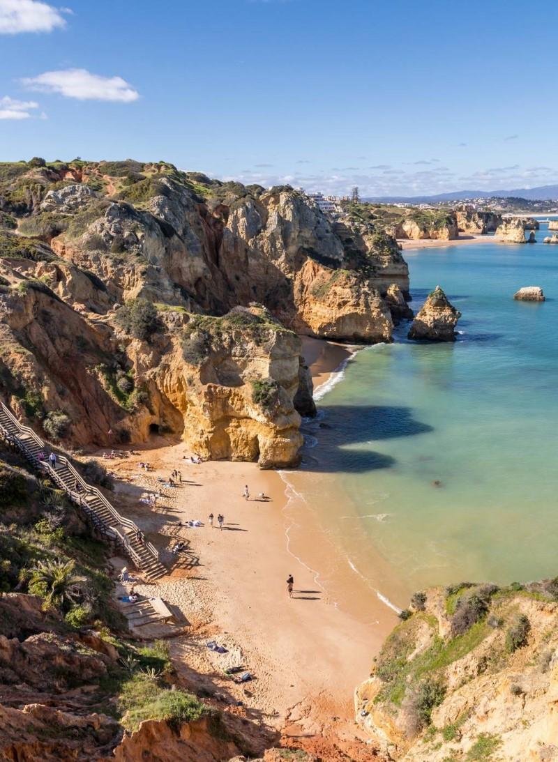 Những dãy núi đá ở bờ biển tại Algarve
