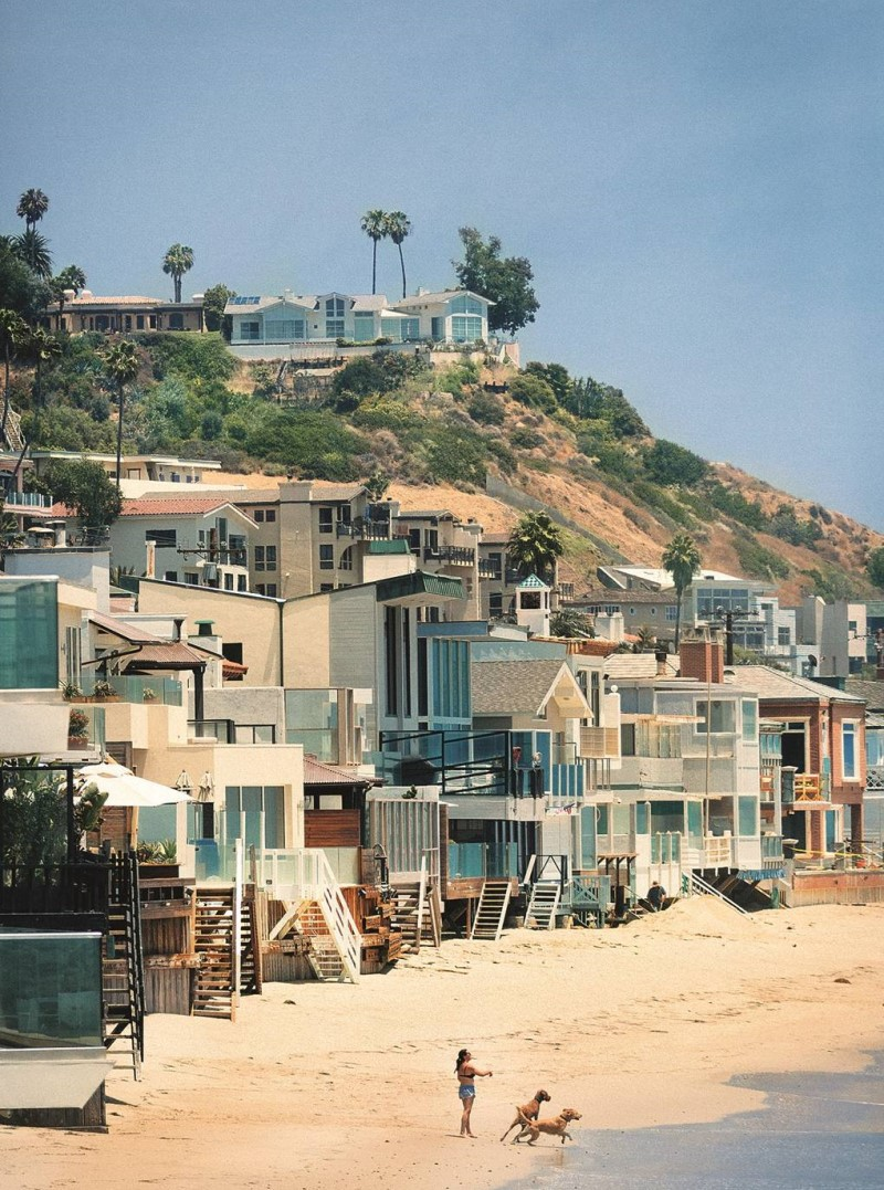 Những dãy nhà bên bờ biển tại bang California