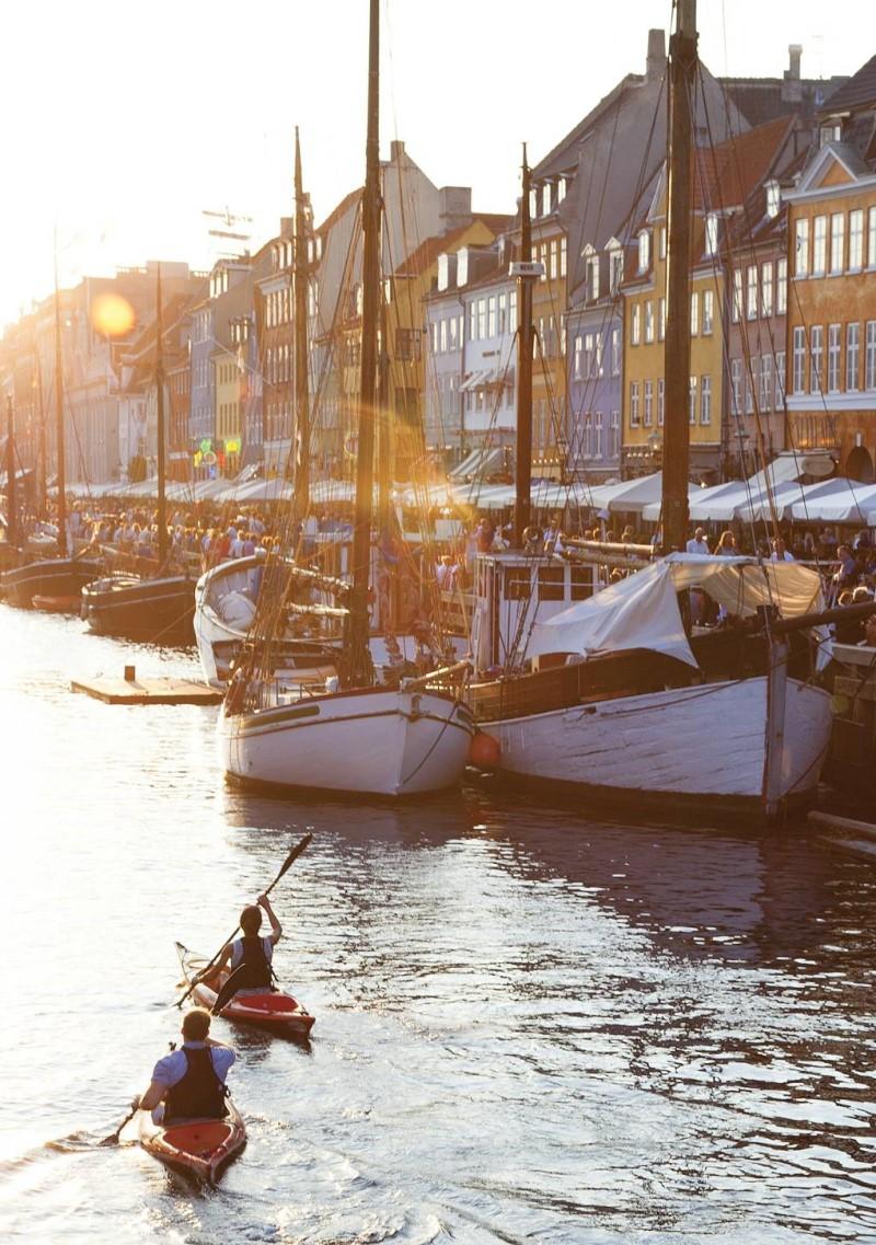 Kênh đào xinh đẹp và những tòa nhà gạch đặc trưng tại thành phố Copenhagen