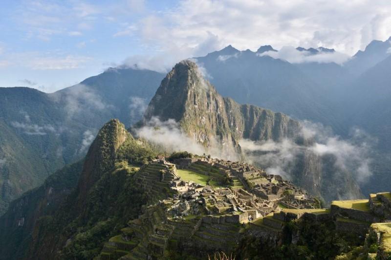 Thánh địa Machu Picchu trong sương sớm tại Peru
