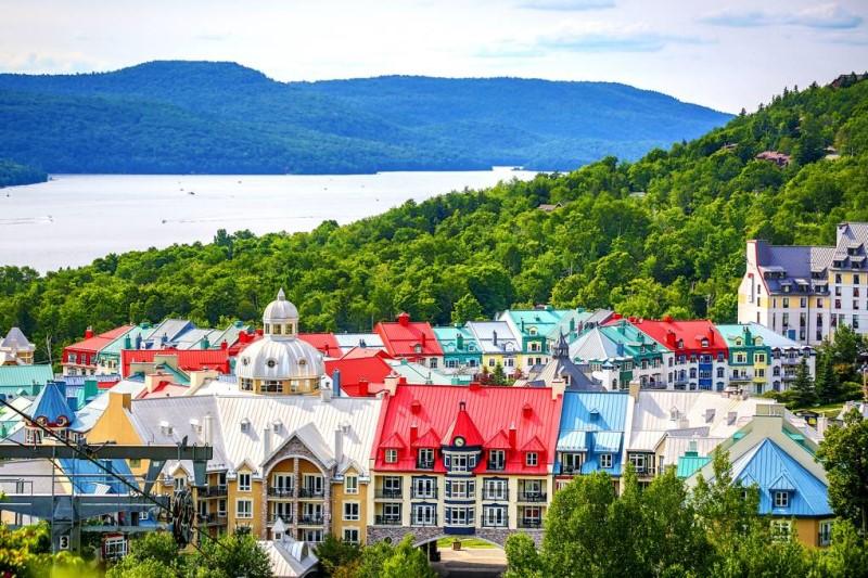 Những ngôi nhà màu sắc bên triền đồi xanh tươi tại tỉnh Quebec Canada