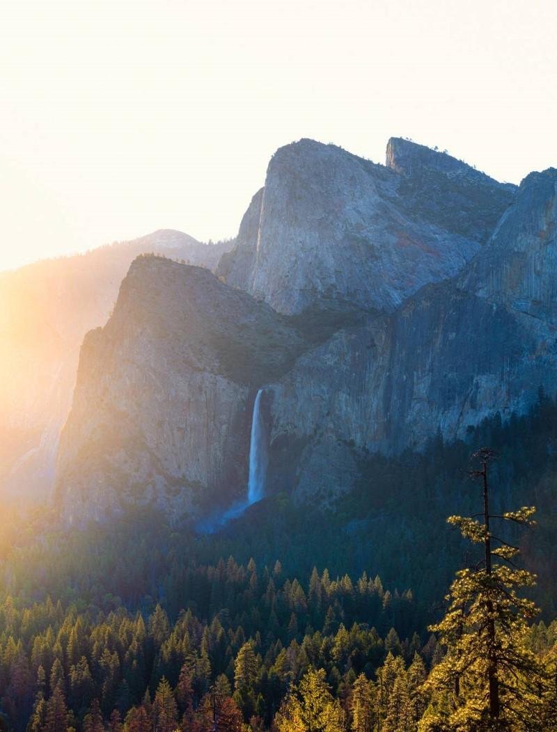 Núi rừng hoang sơ tại công viên quốc gia Yosemite bang California