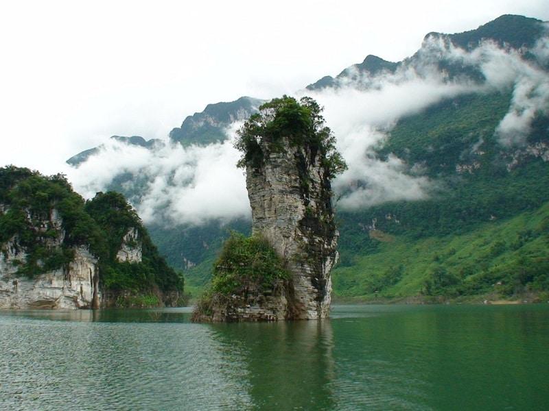 Hồ nước trong lành bao quản dãy núi mù sương ở Tuyên Quang
