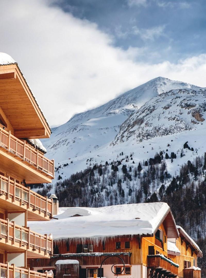Thị trấn Val D'isere dưới chân núi phủ trong tuyết trắng