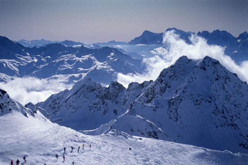 dãy núi Alps của đất nước Thụy Sĩ mờ sương phủ tuyết