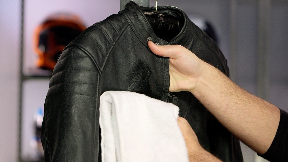 vệ sinh áo đa đúng cách với khăn lau