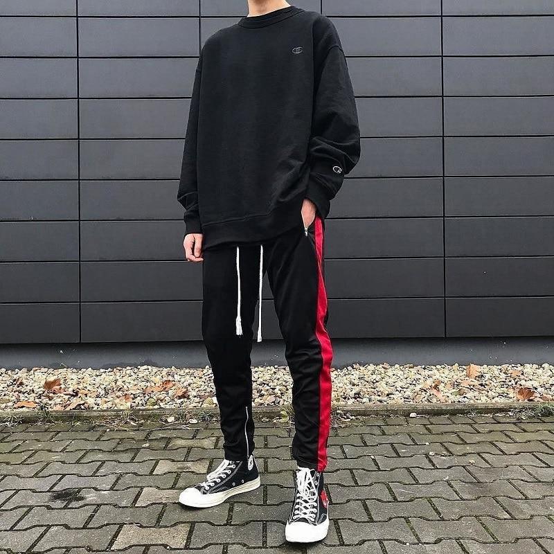 Áo sweater cùng quần nỉ kẻ sọc mix cùng giày thể thao cổ cao