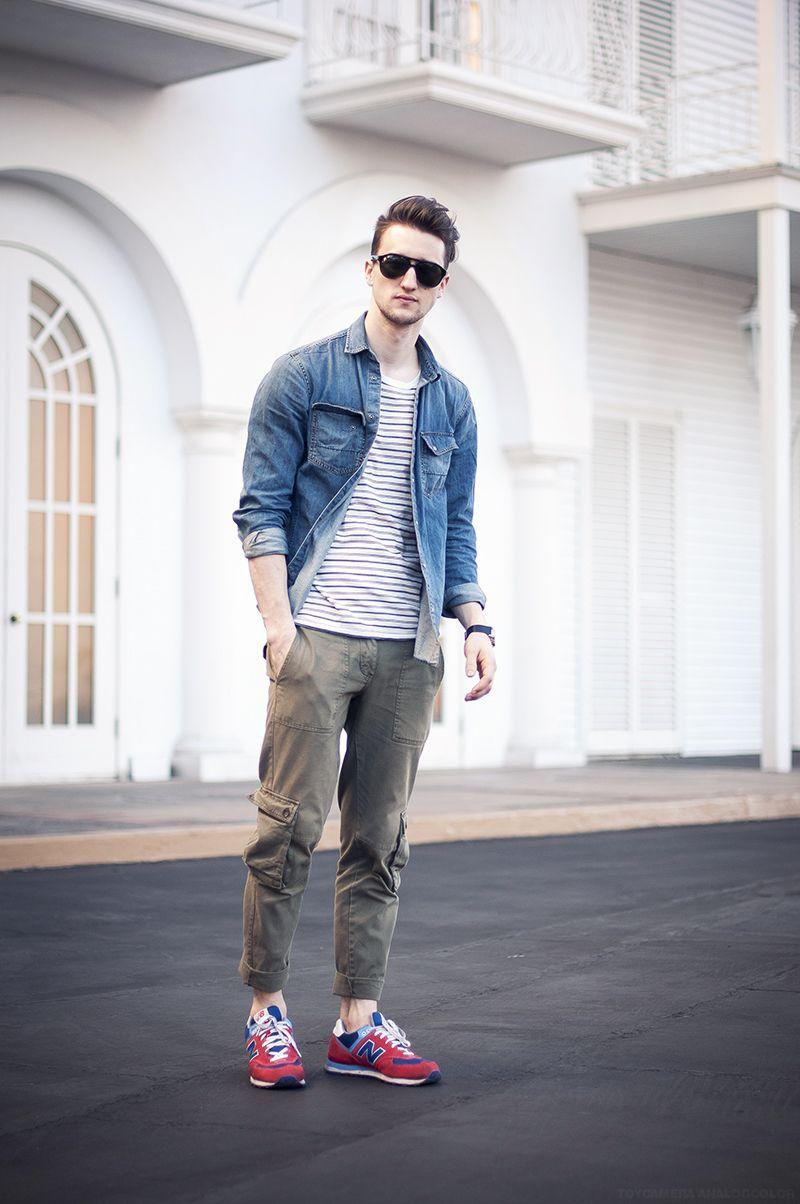 Chàng trai năng động trong bộ trang phục áo thun kẻ ngang mix layer áo denim và quần jogger