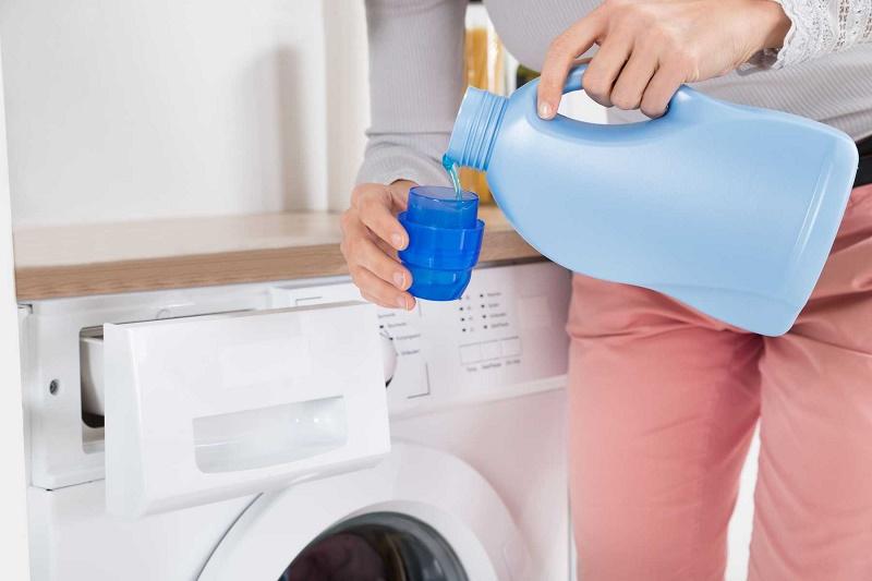 Dùng nước xả làm mềm vải
