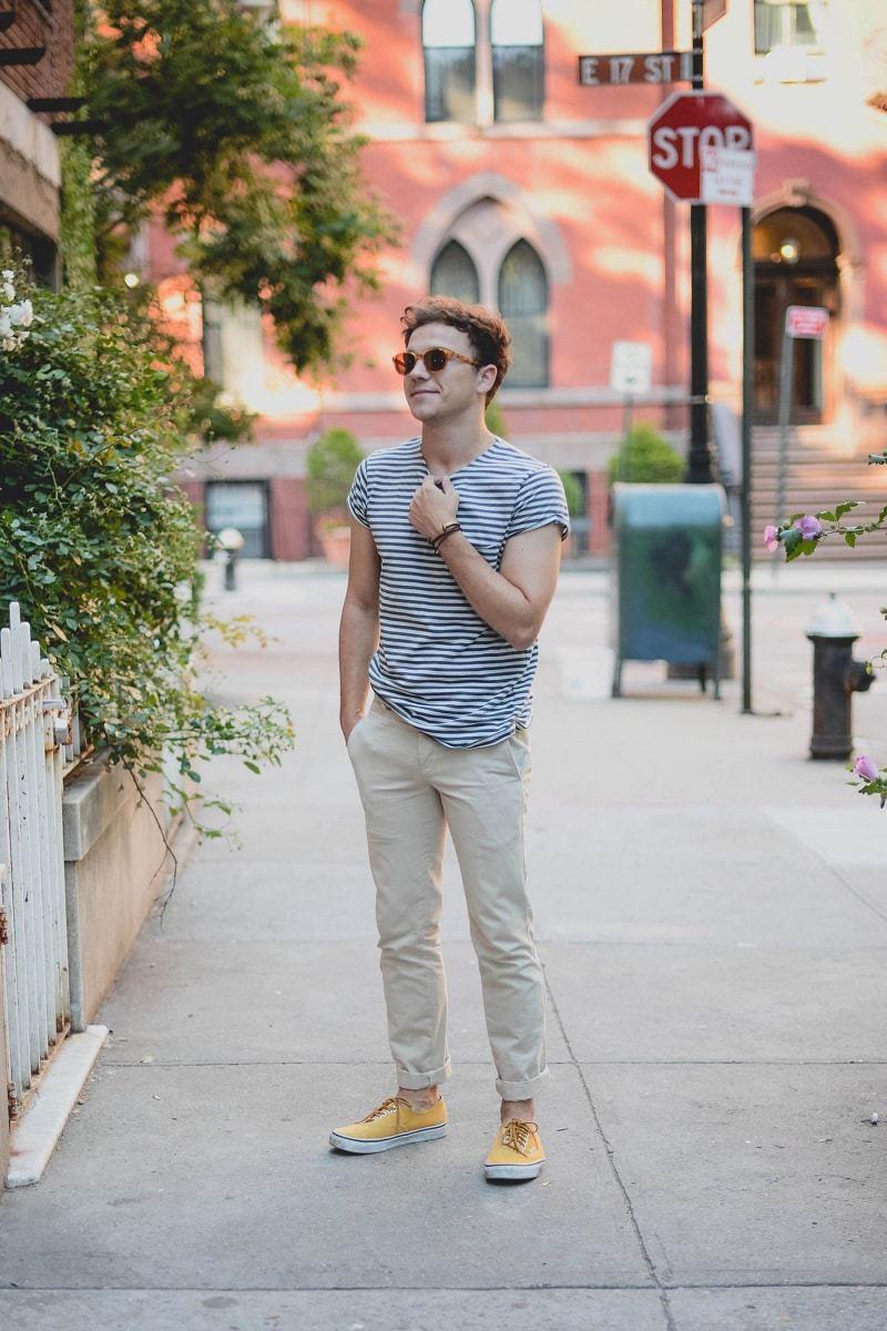 Áo phông kẻ và quần kaki là sự kết hợp hoàn hảo cho các chàng trai