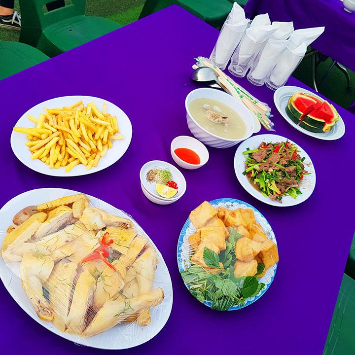 Các món ăn hấp dẫn được bày biện trên bàn