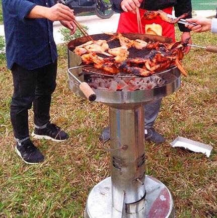 Bếp nướng than đứng phù hợp với những bữa tiệc BBq ngoài trời