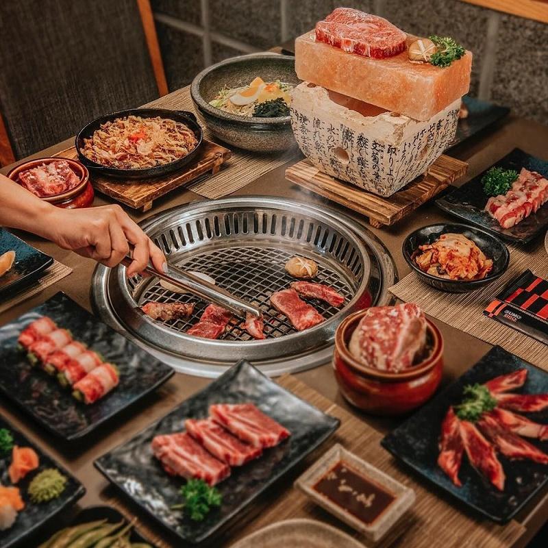 Thịt nướng trên khay nướng thịt với các món ăn kèm
