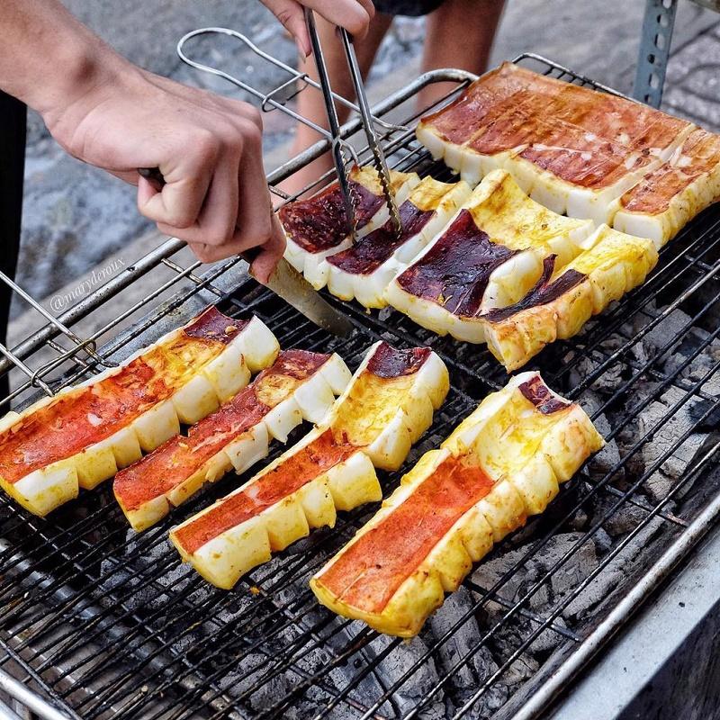 Mực nướng trên bếp than hoa