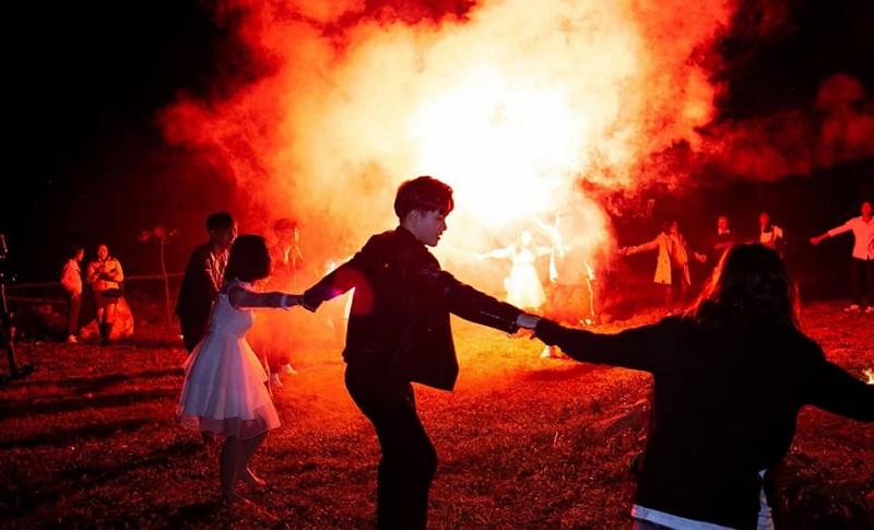 Đốt lửa trại vào buổi tối và tham gia các trò chơi