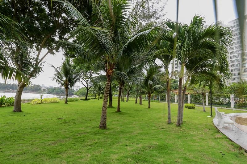 Công viên bờ sông Panorama có thảm cỏ và nhiều cây xanh