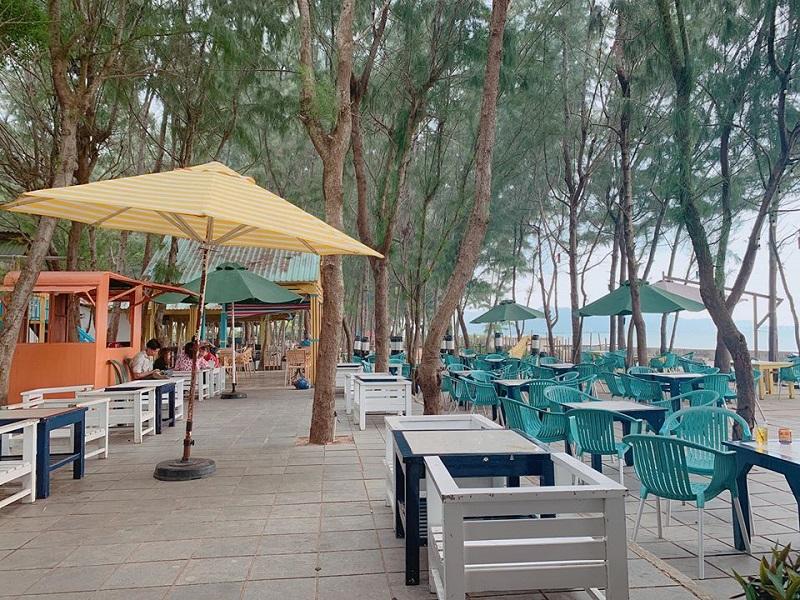 Không gian quán cafe với view hướng biển