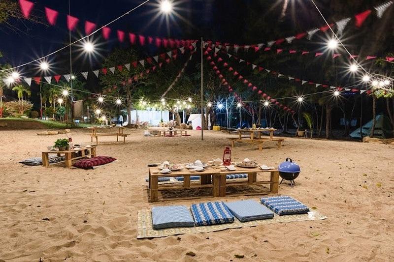 Bàn ăn uống được đặt ngay trên bãi cát