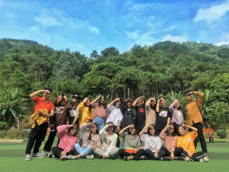 Nhóm bạn đông người chụp hình tại khu sinh thái Thiên Phú Lâm