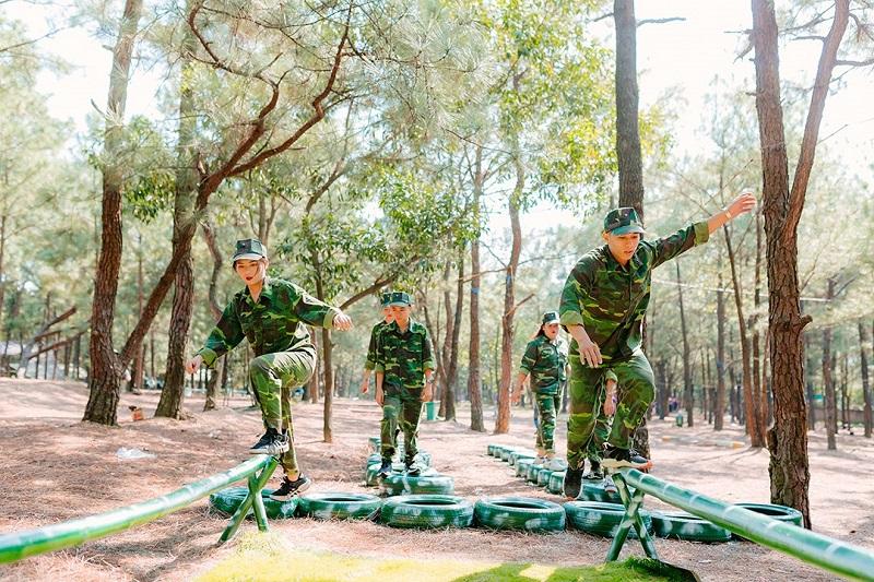 Các thành viên trải nghiệm với môi trường quân đội