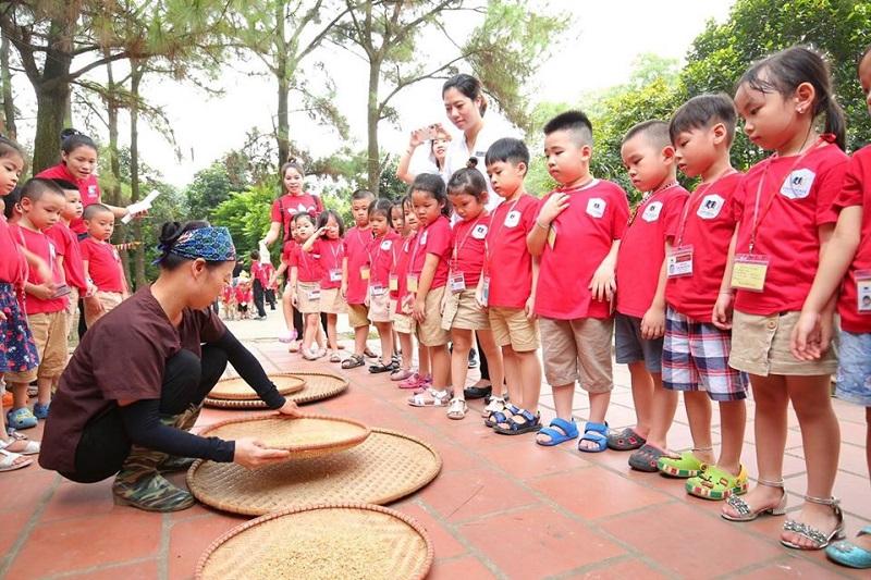 Các bé quan sát và học hỏi các kĩ năng sống cơ bản