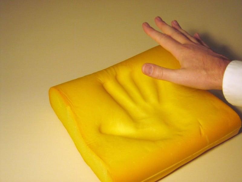 Sử dụng tay để nhấn lên phần bề mặt memory foam