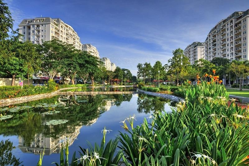 Quang cảnh thoáng đãng có hồ nước và cây xanh bao quanh