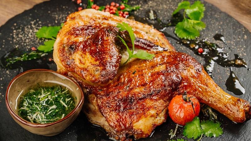 Đùi gà được nướng cùng nước sốt đi kèm