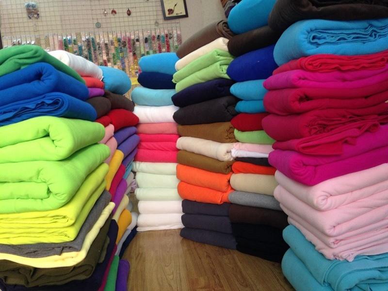 Các chồng vải nhiều màu sắc