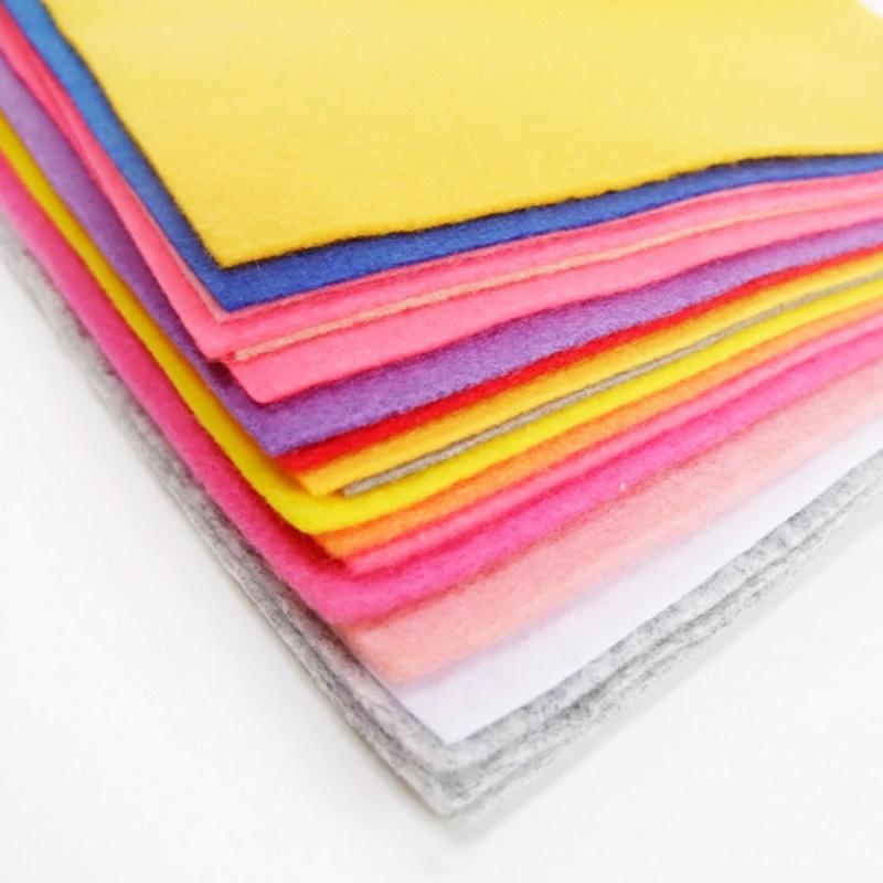 Các xấp vải nỉ nhiều màu sắc