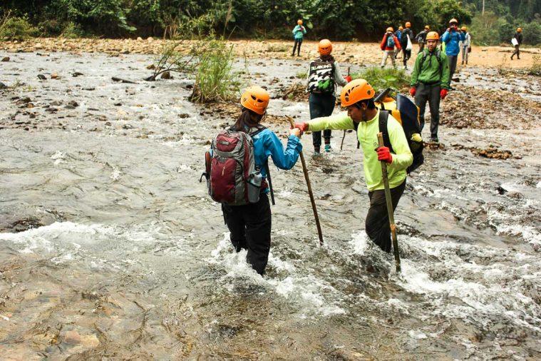 Con đường trekking Hang Én có những đoạn phải lội suối