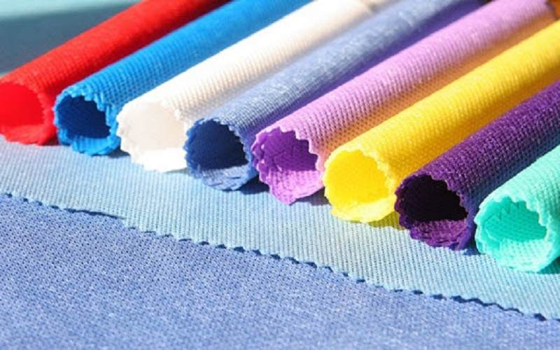 Kiểm tra chất lượng màu sắc vải ở nơi có ánh sáng tốt