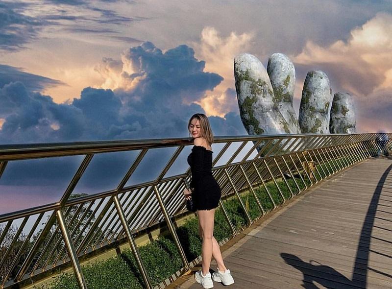 chụp ảnh tại cầu vàng Đà Nẵng