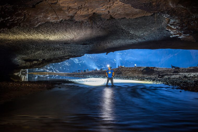 Những tảng nhũ đá lấp lánh trong hang