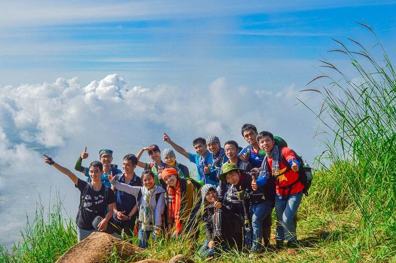 Chụp hình trên đỉnh Langbiang với bốn bề mây phủ