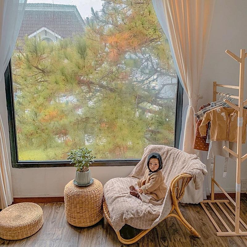 Phòng ngủ ở J'adore Đà Lạt Homestay đều có cửa sổ to nhìn ra bên ngoài