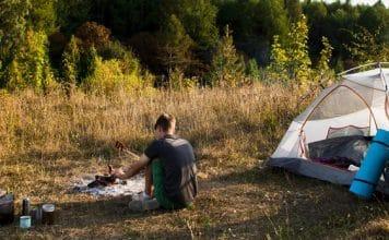 cậu bé đang cắm trại bên lều gần sài gòn