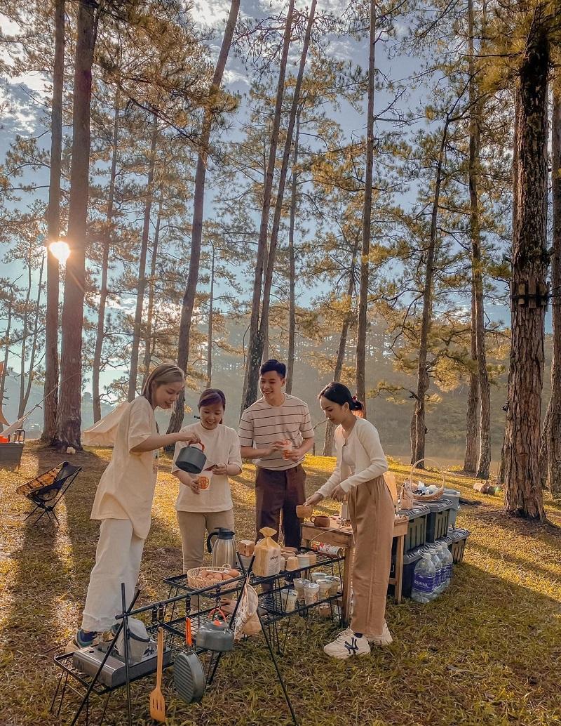 Tổ chức cắm trại ăn uống ở Thung Lũng Vàng