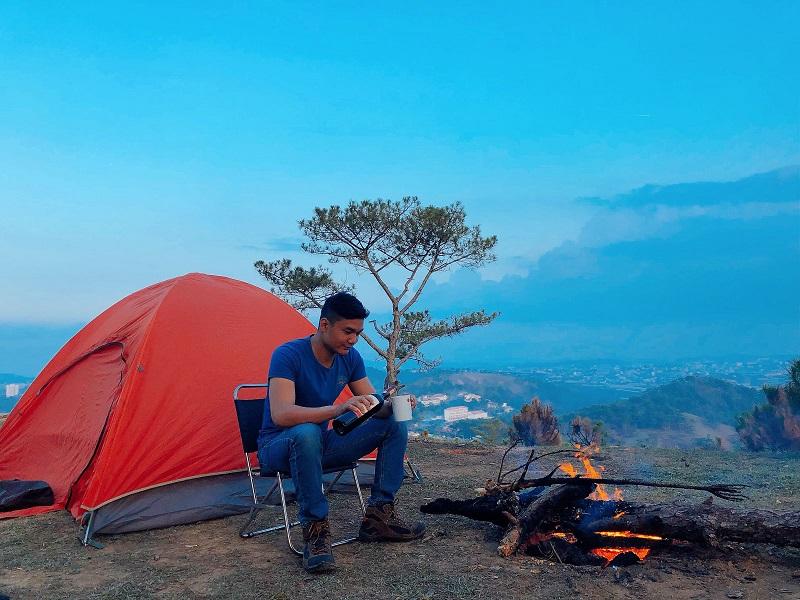 Dựng lều và đốt lửa trên đỉnh Lang biang
